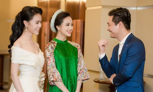 MC Phan Anh cười tít mắt bên hai người đẹp Hoa hậu Việt Nam