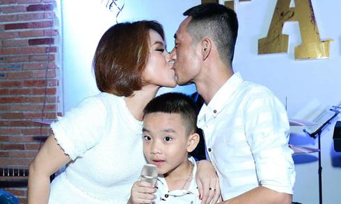 Vợ chồng Nguyễn Hải Yến hôn nhau trước khán giả