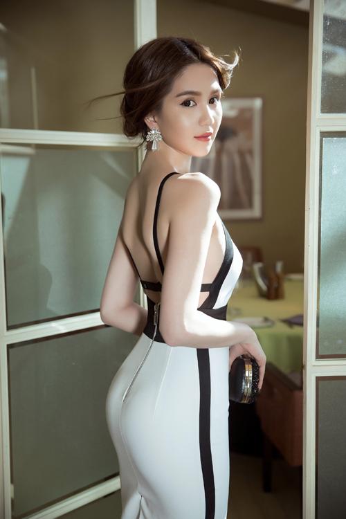 ngoc-trinh-chon-vay-ao-ton-duong-cong-sexy-10
