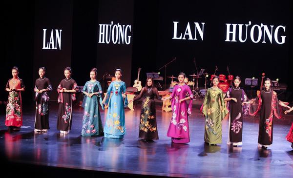 ao-dai-lan-huong-chinh-phuc-khan-gia-tai-bac-kinh