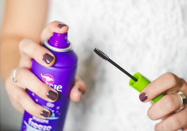 Dùng keo xịt tóc làm ẩm cây mascara cũ, bạn sẽ không cần tốn tiền mua chổi chải lông mi nữa.