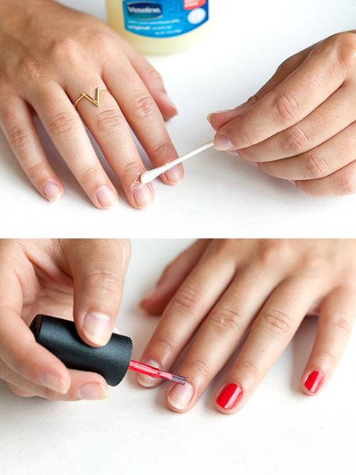 Trước khi sơn móng tay, hãy thoa một chút vaseline lên móng để làm mềm móng, đồng thời bảo vệ móng khỏi bị ố vàng.
