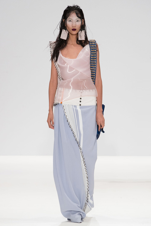 hoang-thuy-lo-nguc-tren-san-dien-london-fashion-week-9