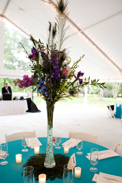 [Caption]Đưa ý tưởng màu xanh hút mắt cùng họa tiết lông vũ của chim công vào trong tiệc cưới, theme cưới chim công là sự thể hiện sự sáng tạo vô biên của những chuyên gia trang trí.