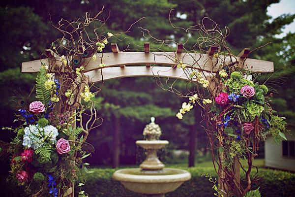 [Caption]Lấy cảm hứng từ những chú chim công xanh biếc, các cặp cô dâu - chú rể có thể lồng ghép một cách khéo léo vào những chi tiết trong tiệc cưới, để mang lại vẻ ấn tượng và sang trọng cho ngày vui của mình.
