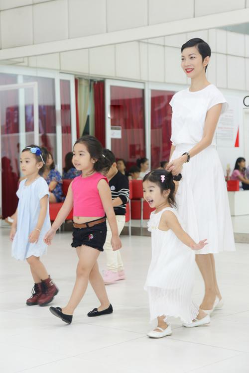 con-gai-xuan-lan-tap-catwalk-cung-me-4