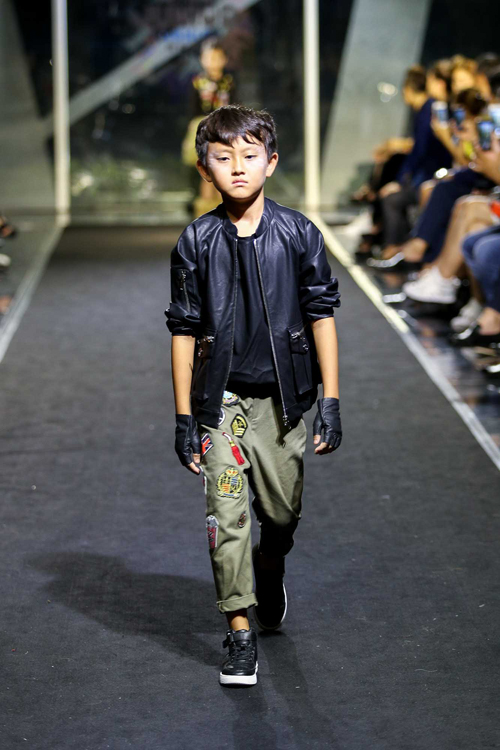 con-trai-than-thuy-ha-tro-tai-catwalk-chuyen-nghiep-4