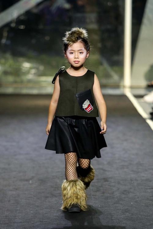 con-trai-than-thuy-ha-tro-tai-catwalk-chuyen-nghiep-7