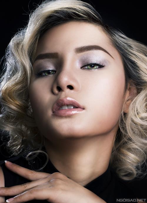 Với gam màu mắt trung tính này, bạn nên viền mí mắt mảnh và chuốt mascara nhẹ nhàng để đôi mắt trông không nặng nề.