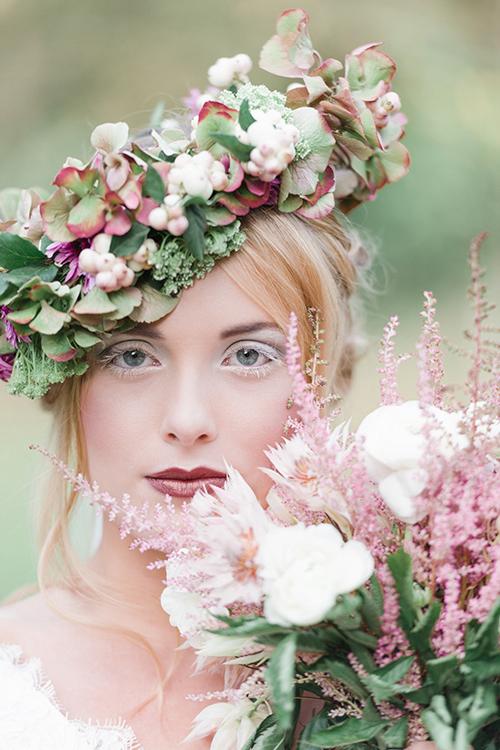 [Caption]Vòng hoa đội đầu dành cho cô dâu cưới vào mùa Thu không rực rỡ và nhiều màu sắc như vòng hoa vào mùa hè. Nhưng chính sắc màu nhu nhã và dung dị của những loài hoa mùa thu mang lại vẻ đẹp và sự lãng mạn cho cô dâu.