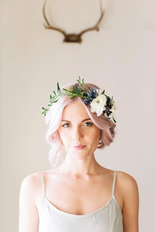 [Caption]Thông thường, một vòng hoa sẽ là sự kết hợp của nhiều loại hoa, với nhiều màu sắc và kích cỡ khác nhau. Giữa các bông hoa thường được điểm thêm các loại lá nhỏ để tạo vẻ tự nhiên, mềm mại. Màu sắc hoa được yêu thích nhất và cũng dễ kết hợp cùng váy cưới trắng là màu nude, trắng hoặc màu pastel.