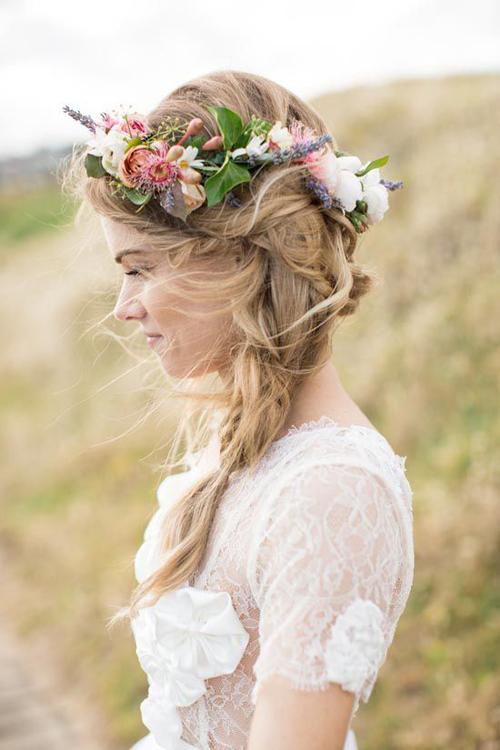 [Caption]Màu sắc và mức độ phức tạp của vòng hoa đội đầu phụ thuộc vào chiếc váy, kiểu tóc cô dâu lựa chọn để giữ cho tổng thể không bị rối mắt.