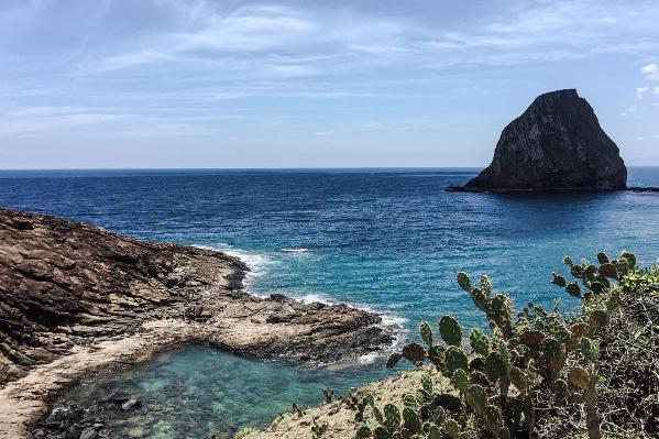 Từ thôn Nhơn Hội nhìn ra, bạn sẽ thấy hai hòn đảo nhỏ nằm cạnh nhau, cách bờ chừng hơn 100 m. Hòn lớn với thế như chóp nón khổng lồ cùng những vách núi dựng đứng có tên gọi Hòn Yến, hòn nhỏ là Hòn Sụn.