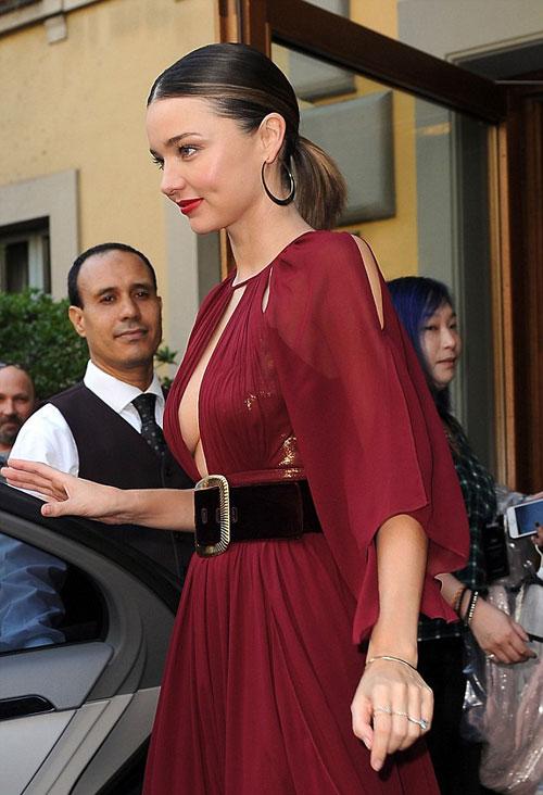 Miranda Kerr khéo khoe vòng một gợi cảm
