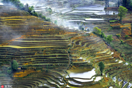Người dân thờ thần mặt trời, mặt trăng, núi, sông, rừng và các hiện tượng tự nhiên khác. Họ sống trong 82 ngôi làng nằm giữa núi rừng và ruộng bậc thang.