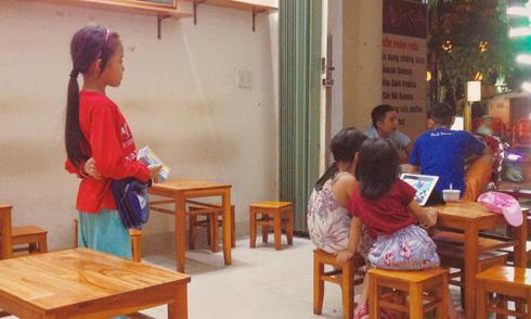 Bức ảnh bé gái bán vé số ở Huế khiến người xem ngậm ngùi