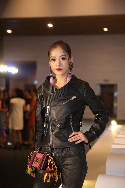 Chi Pu mạnh mẽ cùng áo khoác da, cô giúp hình ảnh của mình trở nên ấn tượng hơn với các phụ kiện trang trí tua rua mang đậm phong cách Á Đông.