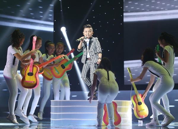 Bé Trịnh Nhật Minh đội Đông Nhi - Ông Cao Thắng thể hiện Cant take my eyes off you. Bé hát và diễn rất sung.