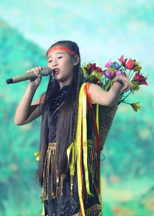 Bé Nguyễn Khánh Ngọc biểu diễn ca khúc của người dân tộc vùng cao Tiếng đàn Ta Lư.