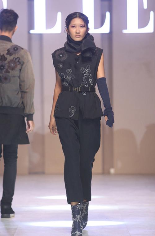 Vận dụng kỹ năng dựng khối sở trường, những kiểu áo khoác bomber hiện đại, áo khoác dáng dài trở nên mới lạ với các nếp xếp phồng ở phần tay lạ mắt.