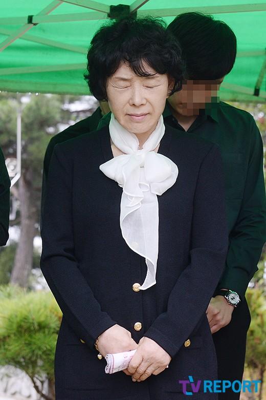 me-choi-jin-sil-nghen-ngao-ben-mo-con-gai-5