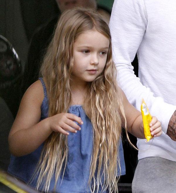 Cô nhóc Harper đáng yêu như búp bê, mặt mũi tươi tình khi cầm gói kẹo đi bên bố.