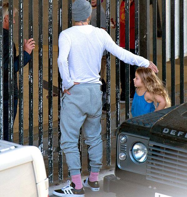 Cô nhóc quẩn quanh chân bố đứng ngoài hàng rào khu trượt ván nơi các anh trai Brooklyn, Romeo và Cruz đang say mê chơi thể thao.
