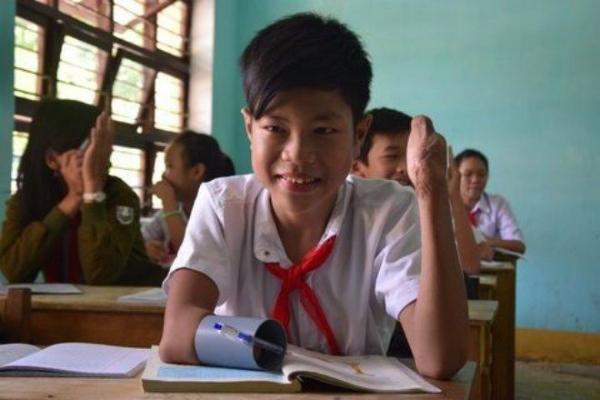 Bị tai nạn bom mìn vào cuối năm 2013, Phan Trọng Hiếu, học sinh lớp 8/7, trường THCS Nguyễn Trãi (thị trấn Ái Nghĩa, Đại Lộc, Quảng Nam) đã mất đi vĩnh viễn đôi bàn tay, đôi chân cũng không lành lặn. Vì ham học, Hiếu cố tập viết bằng ống nhựa để được cắp sách đến trường.