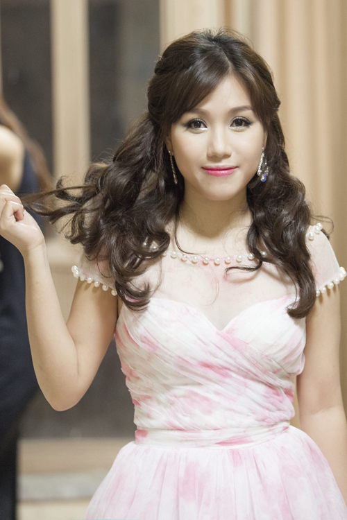 Kiểu trang điểm mắt long lanh kết hợp với  mái tóc dài bồng bềnh giúp Thùy Chi lột xác thành nàng công chúa.