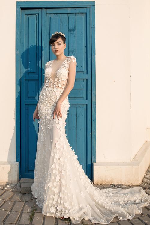 [Caption]Kiểu váy cưới đuôi cá với phần đuôi dài thướt tha là lựa chọn hoàn hảo cho tân nương muốn khoe thân hình nóng bỏng.