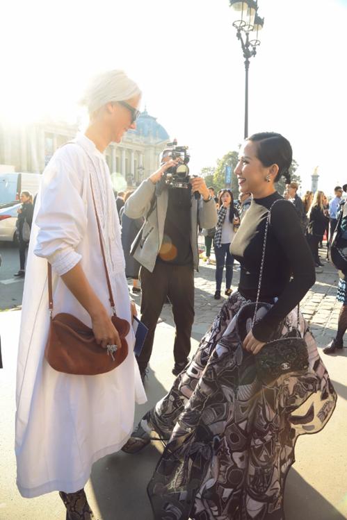 tram-nguyen-do-sac-cung-cac-fashionista-the-gioi-tai-paris-fashion-week-8