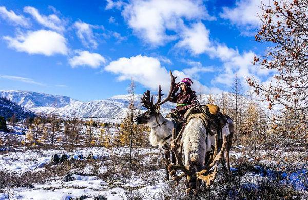 Chặng đường 300km nhưng dài đến 12  16 tiếng vì đường vô cùng xóc và bùn lầy. Và tôi đã bị nôn mửa suốt chặng đường đi, chân tay thì tê cứng vì không thể cử động. Đến Tsagaan Nuur rồi tôi được thả tại nhà người hướng dẫn của mình. Đi đóng dấu vào giấy phép và bắt đầu đi ngựa vượt qua 3 ngọn đồi và những khu rừng Taiga để tìm đến bộ lạc tuần lộc.