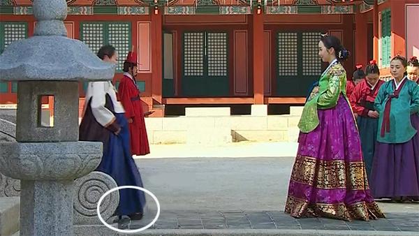 Phim Mặt trăng ôm mặt trời, trang phục lẫn khung cảnh đều hoàn hảo, ngoại trừ một chi tiết nào hoàn toàn lệch pha với bối cảnhthời Choseon