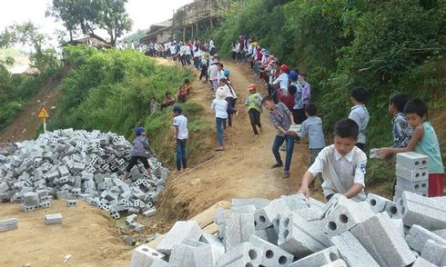Học sinh vận chuyển gạch để xây trường mới ở Điện Biên
