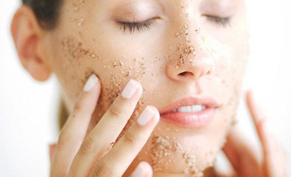 Tẩy da chết với sản phẩm dạng hạt không khiến làn da sạch hơn mà ngược lại, da sẽ sản sinh ra nhiều dầu hơn vì bị mất độ ẩm.