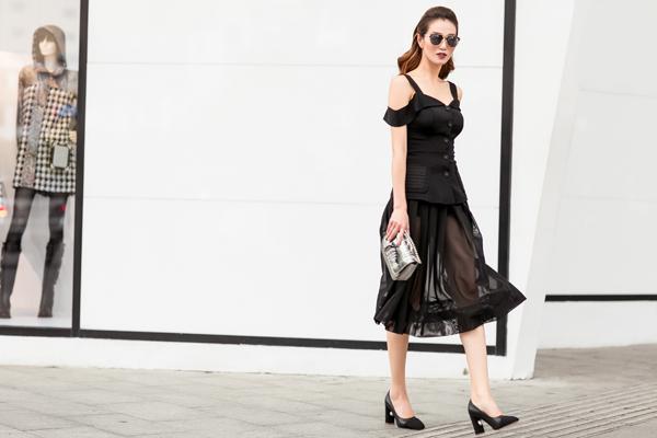 Mẫu thiết kế mang dáng dấp cổ điển phối cùng chất liệu vải tuyn cao cấp đem lại phong cách quý cô thập niên 50 quý phái.