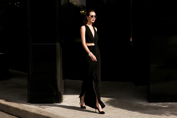 Đầm dài với đường cut out táo bạo nhưng đầy thanh lịch.