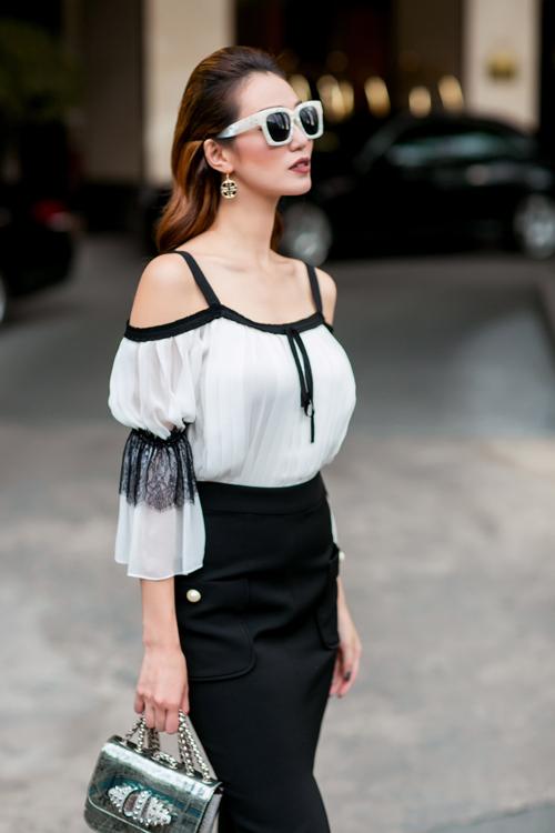Nhà thiết kế Lâm Thuận chú trọng vào phom dáng trang phục, sao cho vừa vặn với cơ thể bằng các chi tiết xếp pleat đầy tinh tế.