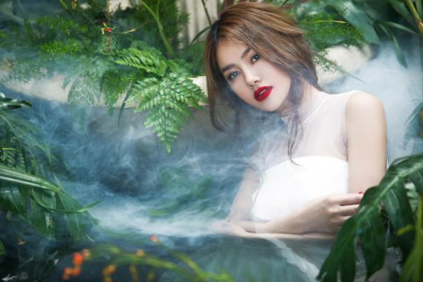 Linh Chi diện váy trắng diễn xuất giữa hoa cỏ