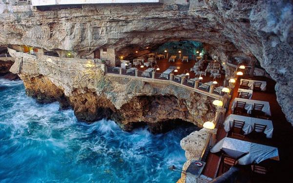 Một bữa ăn trong hang động với những điêu khắc của thiên nhiên hẳn sẽ mang đến cảm giác mới lạ cho nhiều thực khách. Nhà hàng này nằm trong một hang đá hình bán nguyệt với đường kính 30 mét.