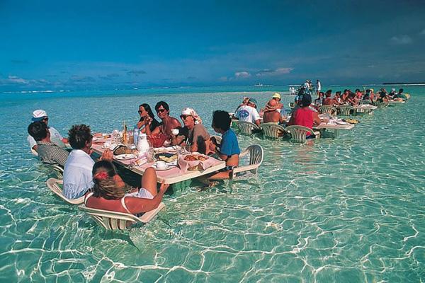 Du khách có thể thưởng thức bữa trưa giữa làn nước trong vắt, hướng tầm nhìn ra biển và tận hưởng không khí mát lành của đại dương.Là một hòn đảo nhỏ thuộc quần đảo Leeward của Pháp, Bora Bora được ví như một thiên đường hạ giới cho những người yêu thích du lịch biển.