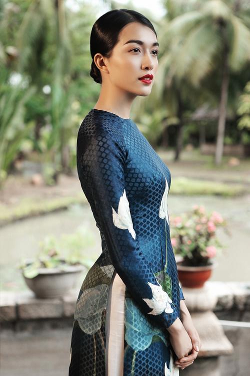 Tùng Vũ giới thiệu các mẫu áo thắm đượm nét đẹp chân phương nhẹ nhàng, duyên dáng. Hoạ tiết trang phục được lấy ý tưởng từ cuộc sống bình dị, gần gũi nơi làng quê.