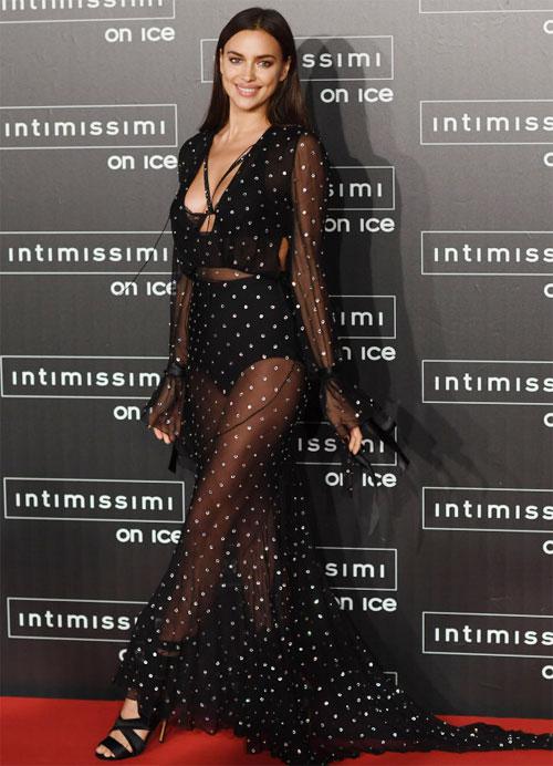 Siêu mẫu Nga sexy trong bộ váy xuyên thấu dự sự kiện cuối tuần qua.