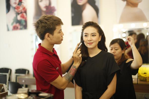 [Caption]Mái tóc của tân nương được tạo kiểu đơn giản mà tinh tế, phù hợp với trang phục áo dài kín đáo, thanh lịch.