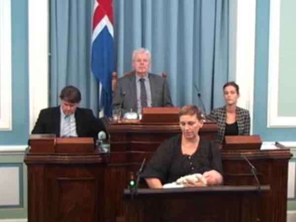 Nghị sĩ Unnur Brá Konráðsdóttir bế con gái 6 tuần tuổi lên bục phát biểu và cho con bú. Ảnh: RUV screenshot