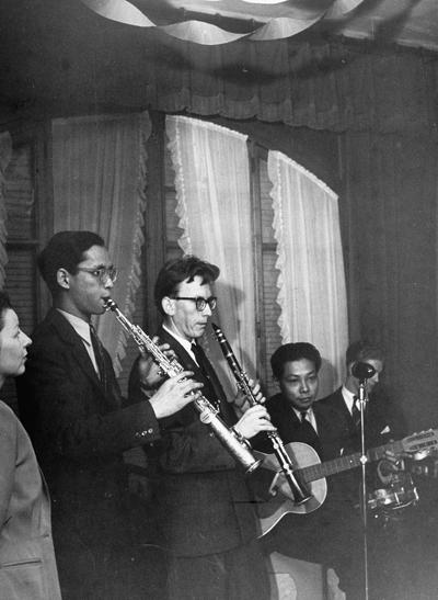 Quốc vương Bhumibol thổi kèn saxophone.