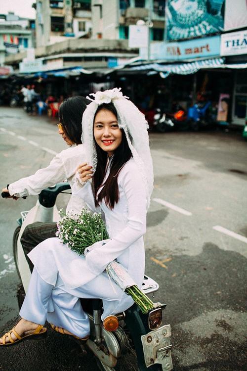 [Caption]Không màu mè hoa mỹ hay váy áo lộng lẫy, cặp đôi đã chọn phong cách lãng mạn, dung dị để làm chủ đề cho bộ ảnh.