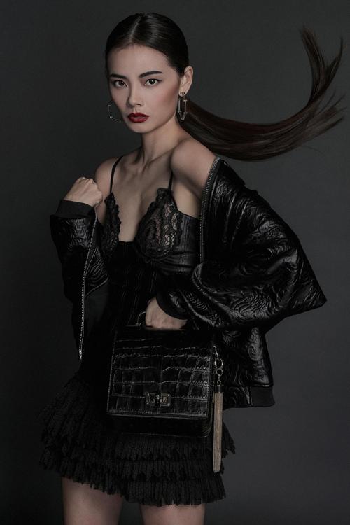 Bộ ảnh được thực hiện với sự hỗ trợ của creative cirector Hương Color, nhiếp ảnh, trang điểm và làm tóc Tee Lee,