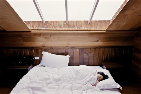 2. Nằm nghiêng một tư thế khi ngủ
