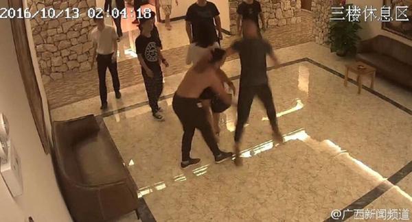 Cặp đôi bị đánh, đuổi ra khỏi khách sạn vì ồn ào khi yêu - ảnh 2
